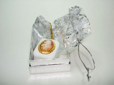 Cameo keychain with pouch in gift box